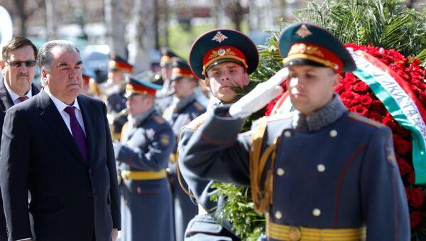 Президент Таджикистана Э. Рахмон возложил цветы к Могиле Неизвестного Солдата в Москве - Sputnik Тоҷикистон