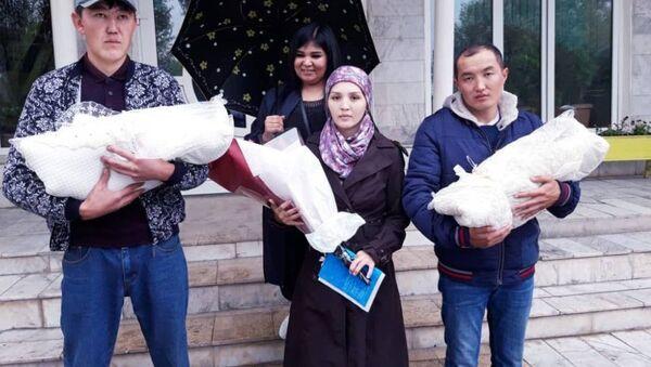 Гульзина Абдимажитова, родившая в Ошском областном роддоме дочерей-близняшек  - Sputnik Таджикистан