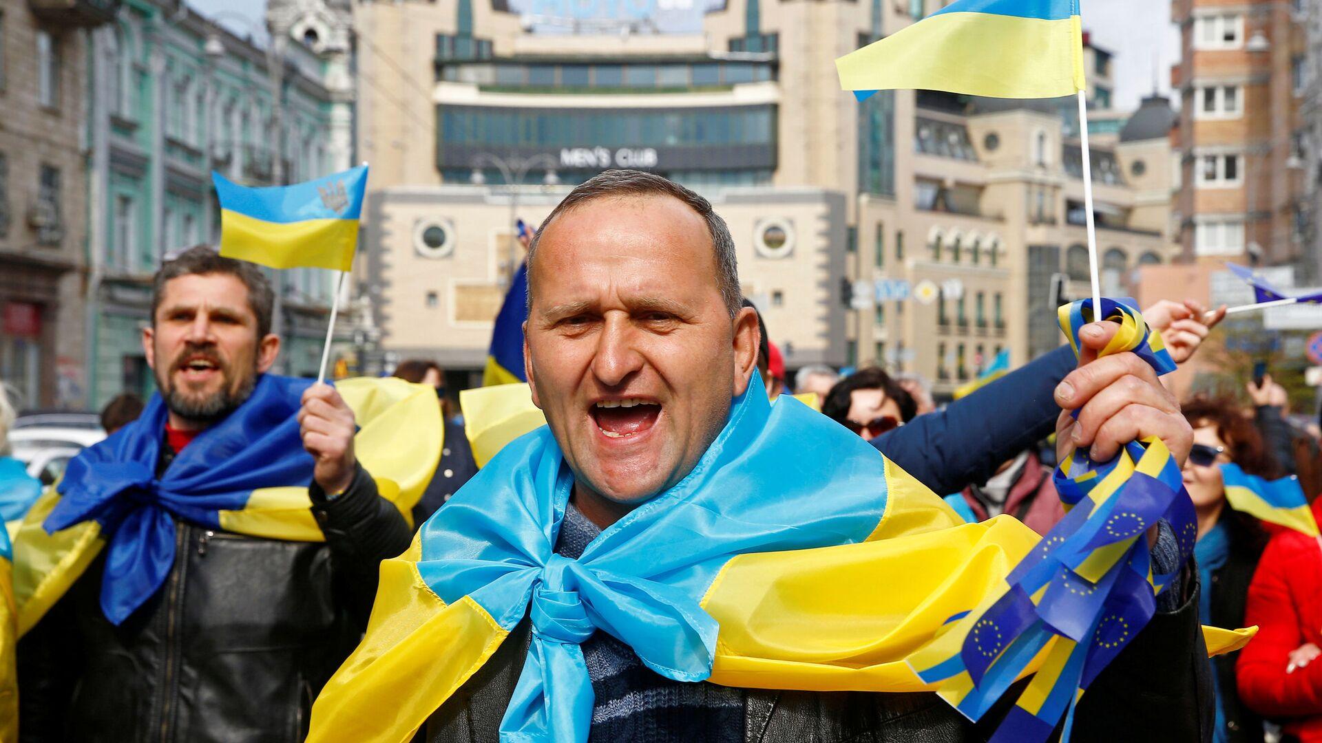 Сторонники президента Украины и кандидата в президенты Петра Порошенко выкрикивают лозунги на митинге перед политическими дебатами Порошенко - Sputnik Таджикистан, 1920, 18.06.2021
