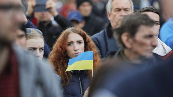 Девушка с украинским флагом,  в преддверии дебатов между двумя кандидатами на президентских выборах - Sputnik Таджикистан