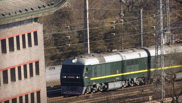 Поезд, похожий на тот, который видели во время предыдущих визитов северокорейского лидера Ким Чен Ына, прибывает на железнодорожный вокзал Пекина - Sputnik Тоҷикистон