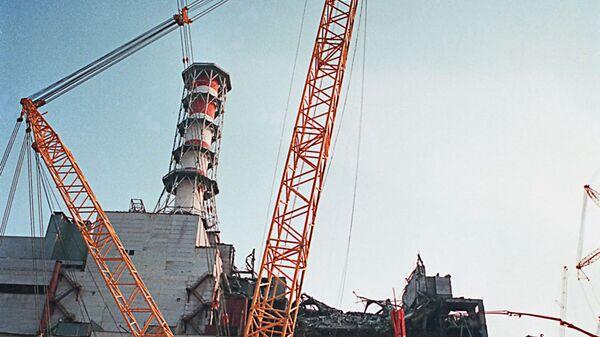 Разлом стены аварийного 4-го энергоблока на Чернобыльской АЭС - Sputnik Таджикистан