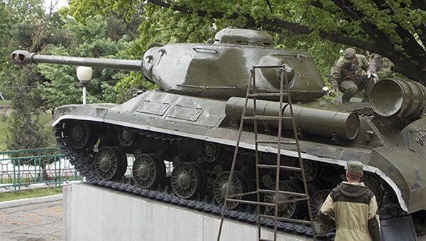 Российские военнослужащие в Таджикистане приступили к ремонту и обслуживанию памятника боевому танку ИС-2 - Sputnik Таджикистан