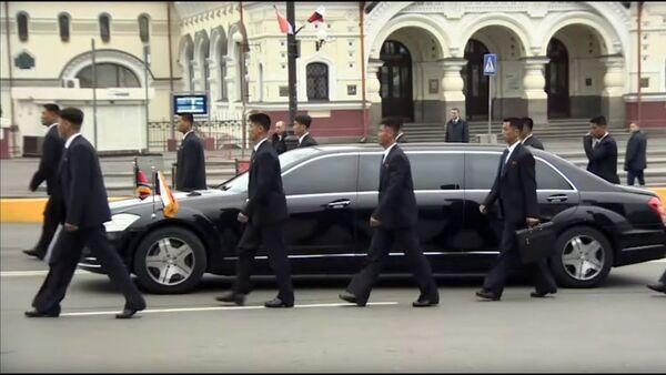 Бегающие охранники Ким Чен Ына сопровождали его во Владивостоке - Sputnik Тоҷикистон