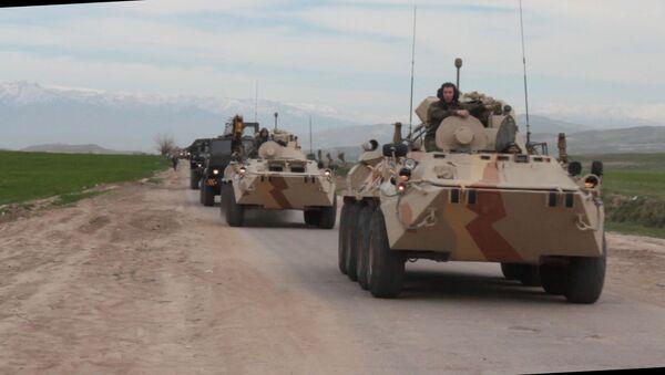 Российские специалисты РЭБ и РХБ защиты обеспечили маскировку движения колонн военной техники в горах Таджикистана в ходе контрольных занятий - Sputnik Таджикистан