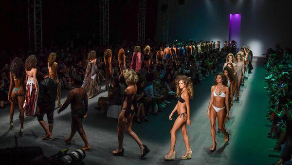 Модели в нарядах Amir Slama на Бразильской неделе моды в Сан-Паулу - Sputnik Таджикистан