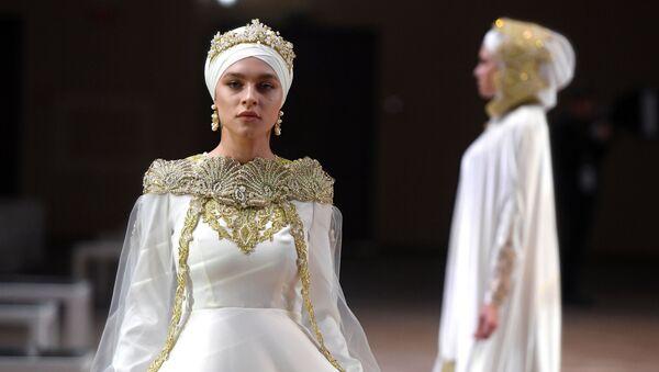 Участницы модного показа «RUSSIA-OIC FASHIONWAY 2019» в рамках XI Международного экономического саммита Россия — Исламский мир: KazanSummit - Sputnik Тоҷикистон