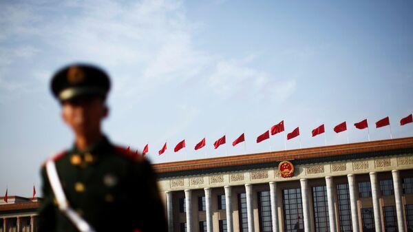 Полицейский на площади Тяньаньмэнь в Пекине, архивное фото - Sputnik Таджикистан