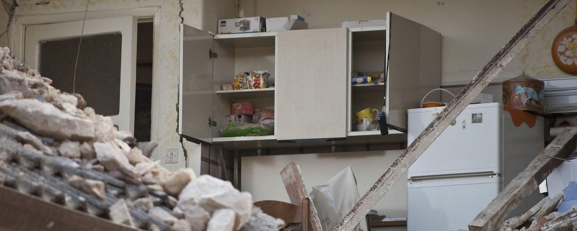 Разрушенная квартира после землетрясения - Sputnik Таджикистан, 1920, 10.07.2021
