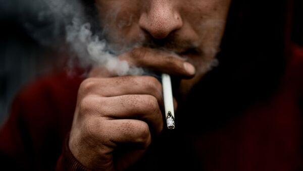 Мужчина курит сигарету - Sputnik Таджикистан
