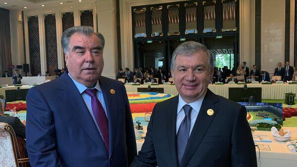 Президент Республики Таджикистан Эмомали Рахмон и президент Узбекистана Шавкат Мирзиеев на Международной выставке садоводства в Пекине ЭКСПО-2019 - Sputnik Таджикистан
