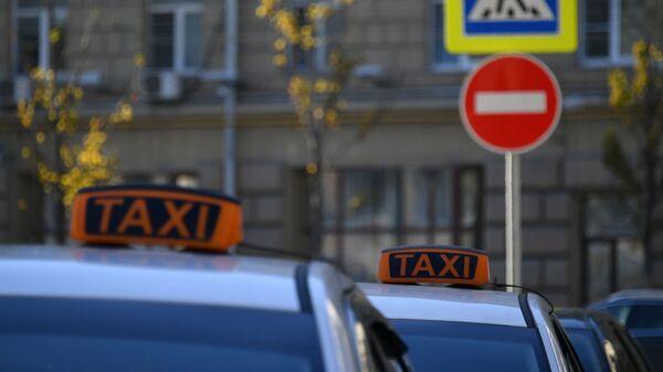 Автомобили такси у дорожного знака - Sputnik Таджикистан