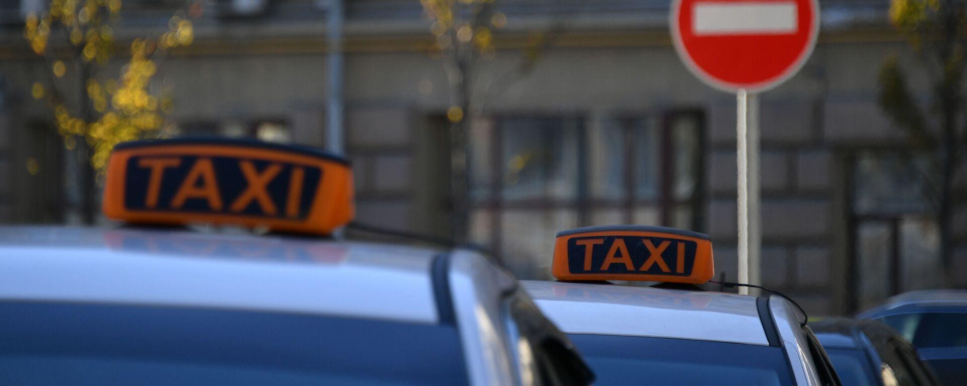 Автомобили такси у дорожного знака - Sputnik Таджикистан, 1920, 23.05.2021