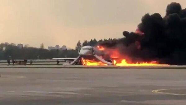 Самолет авиакомпании Аэрофлот Superjet 100, вернувшийся во время рейса Москва - Мурманск в аэропорт Шереметьево из-за возгорания на борту - Sputnik Тоҷикистон