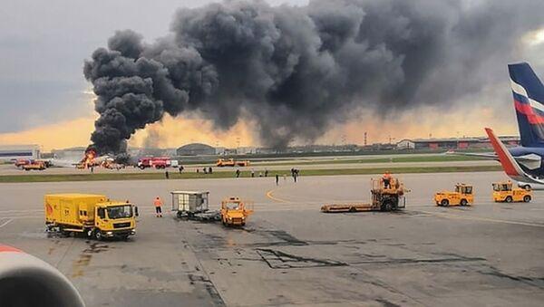 Самолет авиакомпании Аэрофлот Superjet 100, вернувшийся во время рейса Москва - Мурманск в аэропорт Шереметьево из-за возгорания на борту - Sputnik Таджикистан