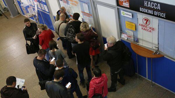 Пассажиры возле касс международного аэропорта Мурманск - Sputnik Тоҷикистон