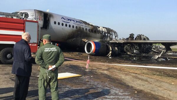 На месте катастрофы сгоревшего самолета в аэропорту Шереметьево - Sputnik Таджикистан