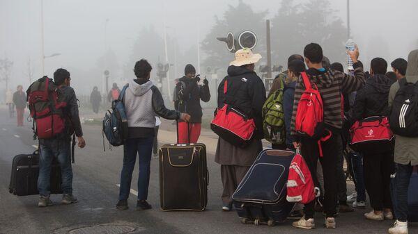 Беженцы в специально организованном центре по распределению мигрантов - Sputnik Таджикистан