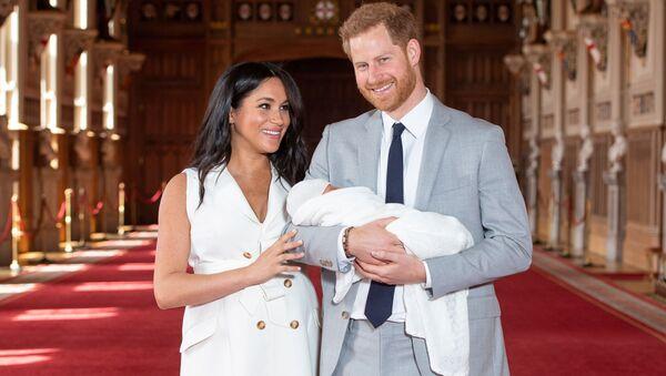 Принц Великобритании Гарри и Меган, герцогиня Сассексская, со своим маленьким сыном - Sputnik Таджикистан