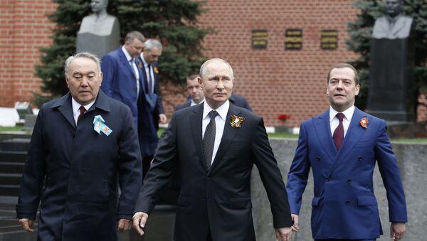 Президент РФ В. Путин, премьер-министр РФ Д. Медведев и первый президент Казахстана Нурсултан Назарбаев - Sputnik Таджикистан
