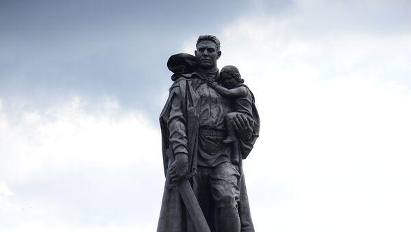 Монумент Воин-освободитель в Трептов-парке в Берлине - Sputnik Тоҷикистон