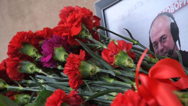 Москвичи несут цветы в память о С. Доренко - Sputnik Таджикистан