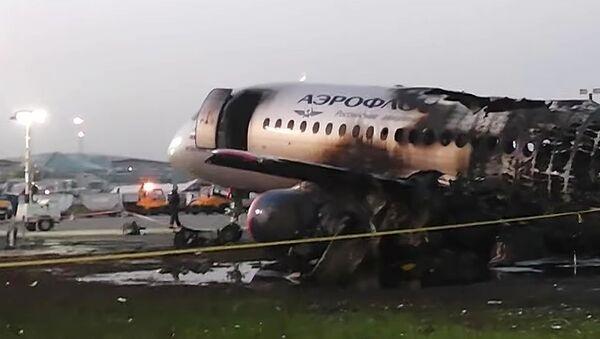 Обгоревший фюзеляж самолета компании Аэрофлот Sukhoi Superjet-100 в Шереметьево - Sputnik Таджикистан