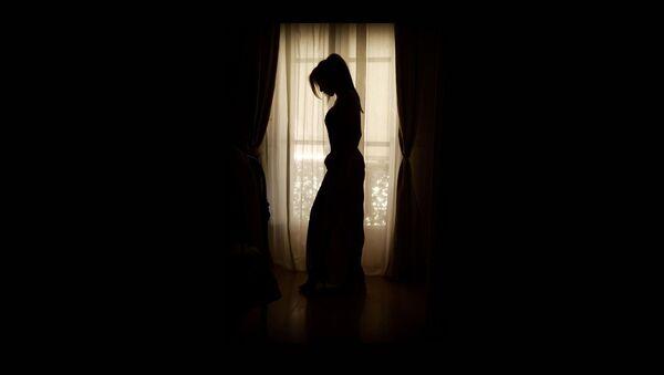 Силуэт девушки на фоне окна - Sputnik Таджикистан