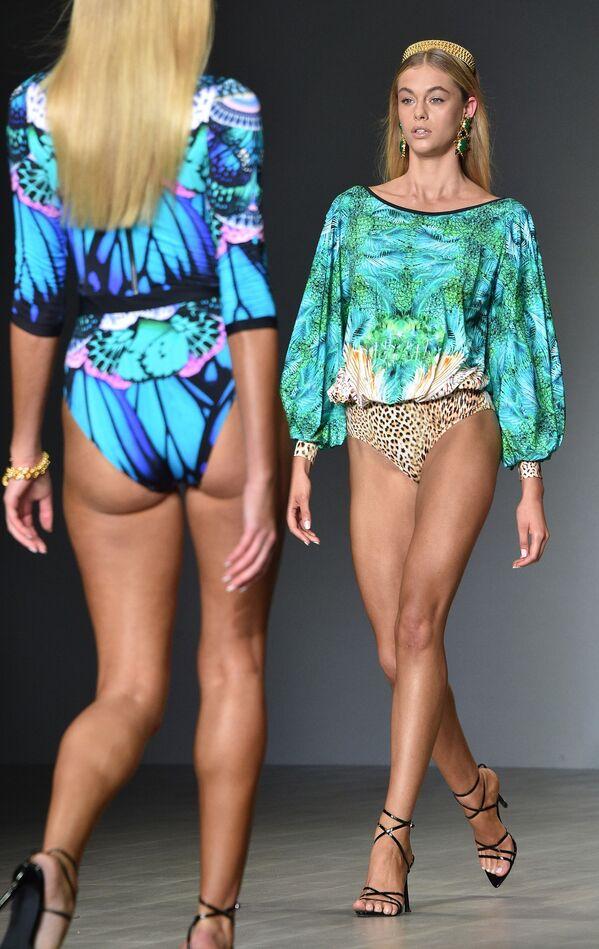 Модель на показе австралийского дизайнера Aqua Blu время Австралийской недели моды в Сиднее  - Sputnik Таджикистан