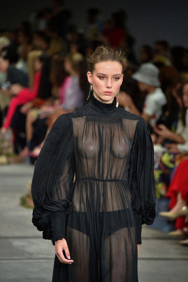 Модель на показе австралийского дизайнера Leo & Lin во время Австралийской недели моды в Сиднее  - Sputnik Таджикистан
