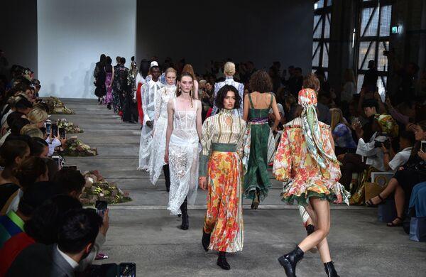 Модели представляют коллекцию дизайнеров  Leo & Lin на Австралийской неделе моды в Сиднее - Sputnik Таджикистан