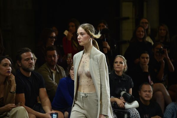 Модель на показе австралийского дизайнера Karla Spetic во время Австралийской недели моды в Сиднее - Sputnik Таджикистан