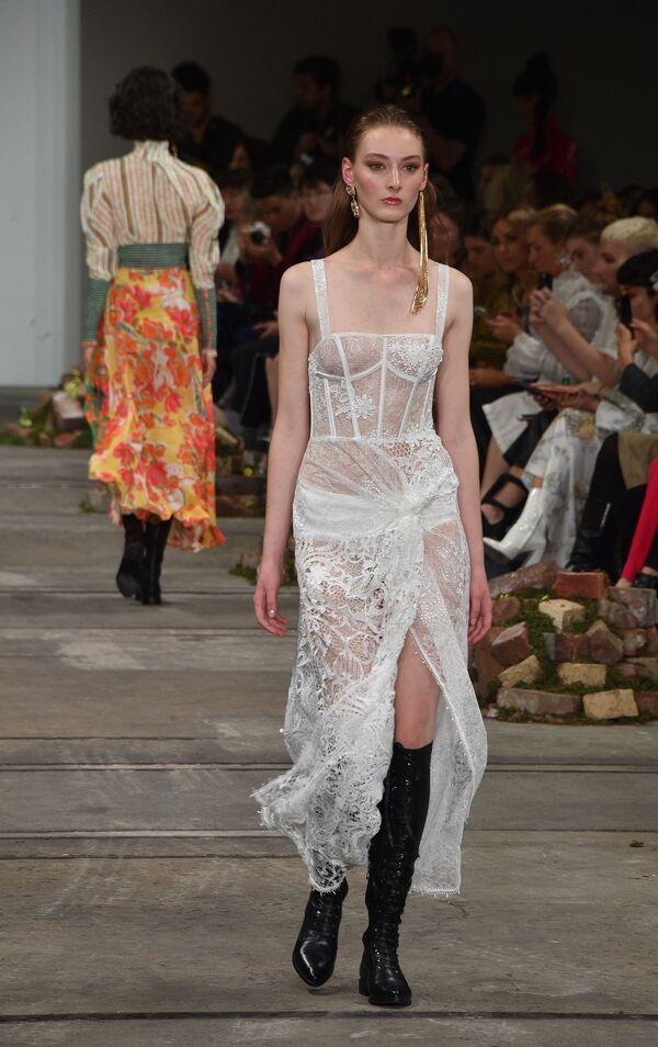 Модель представляет коллекцию дизайнеров Leo & Lin на Австралийской неделе моды в Сиднее - Sputnik Таджикистан