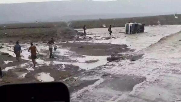 Селевой поток перевернул микроавтобус на дороге Худжанд-Аш - Sputnik Тоҷикистон