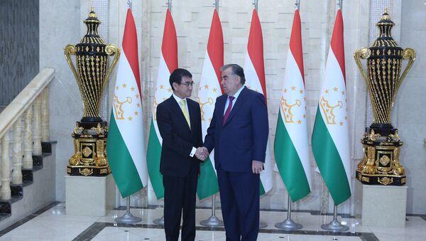 Эмомали Рахмон и министр иностранных дел Японии - Sputnik Таджикистан