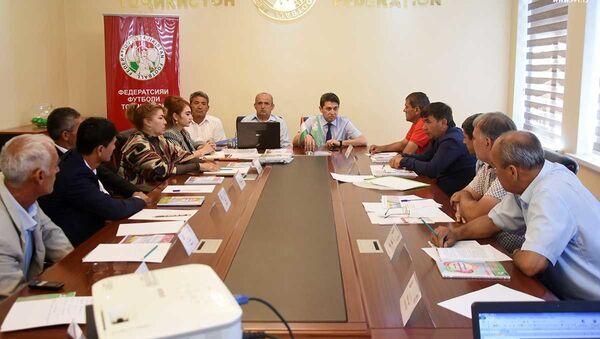 В офисе Федерации футбола Таджикистана состоялась жеребьевка женской лиги Таджикистана нового сезона - Sputnik Таджикистан