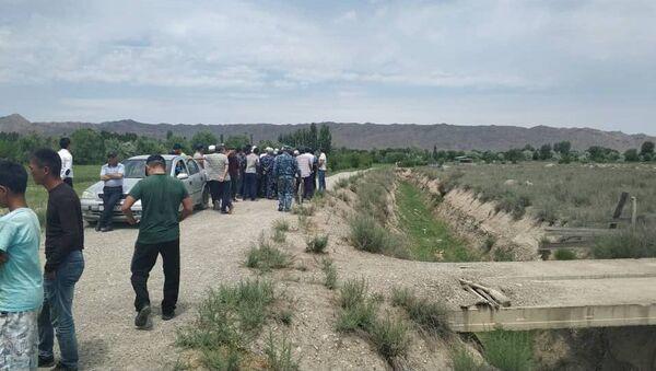 В селе Кара-Бак на кыргызско-таджикской границе собрались местные жители с требованием выставить военнослужащих возле кладбища - Sputnik Таджикистан