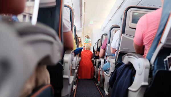 Пассажиры и бортпроводница в самолете авиакомпании Аэрофлот во время полета. - Sputnik Таджикистан