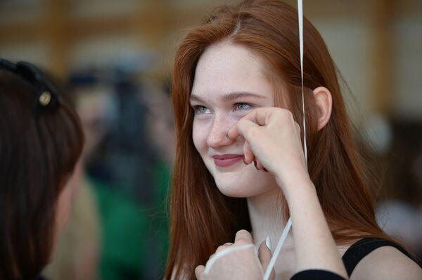 Школьница во время последнего звонка в гимназии № 9 в Екатеринбурге - Sputnik Таджикистан