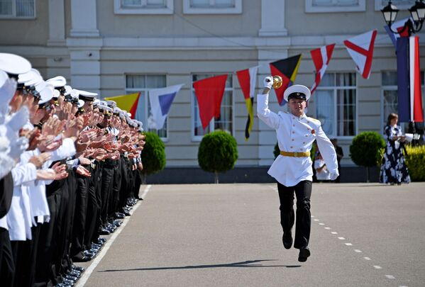 Кадеты филиала Нахимовского военно-морского училища во время последнего звонка в Севастополе - Sputnik Таджикистан