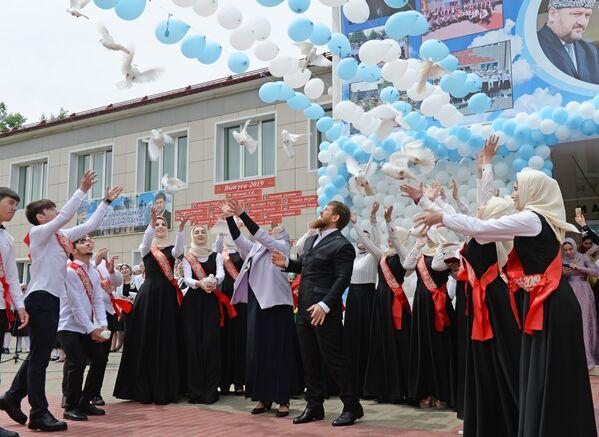 Глава Чеченской Республики Рамзан Кадыров вместе со школьниками запускают белых голубей во время последнего звонка в школе №1 в селе Ахмат-Юрт - Sputnik Таджикистан