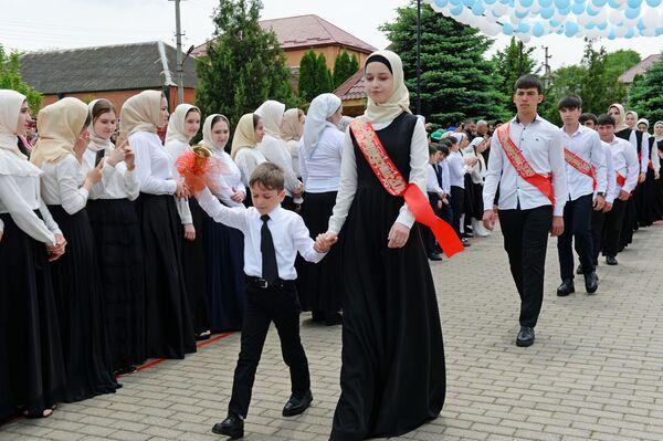 Школьники во время последнего звонка в школе №1 в селе Ахмат-Юрт - Sputnik Таджикистан