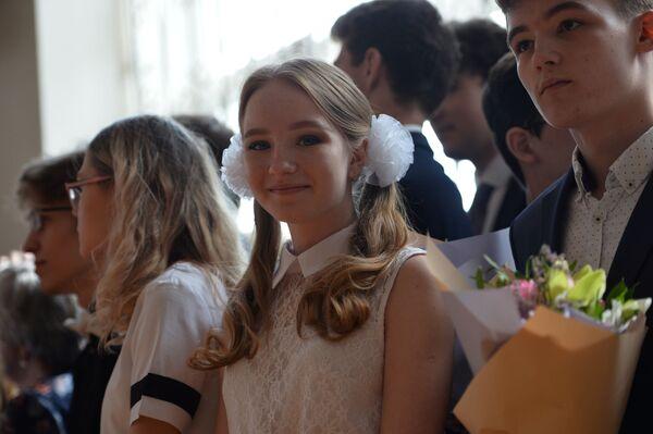 Школьники во время последнего звонка в гимназии № 9 в Екатеринбурге - Sputnik Таджикистан