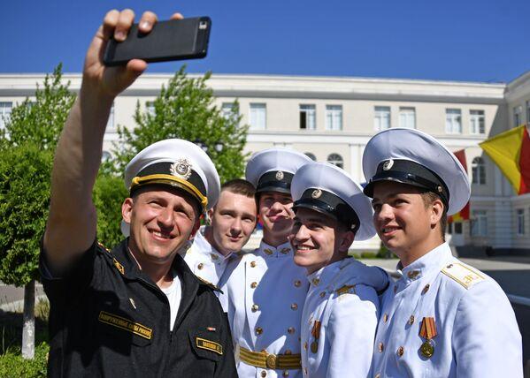 Кадеты филиала Нахимовского военно-морского училища фотографируются после окончания последнего звонка в Севастополе - Sputnik Таджикистан