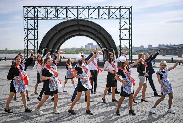 Выпускники средних школ гуляют после празднования последнего звонка на Михайловской набережной в Новосибирске - Sputnik Таджикистан