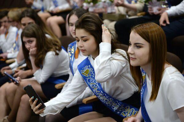 Школьники во время последнего звонка в школе № 23 в Екатеринбурге - Sputnik Таджикистан