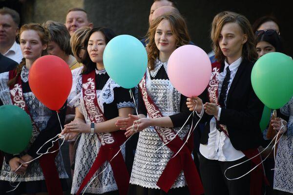Школьники во время последнего звонка в школе № 9 в Чите - Sputnik Таджикистан