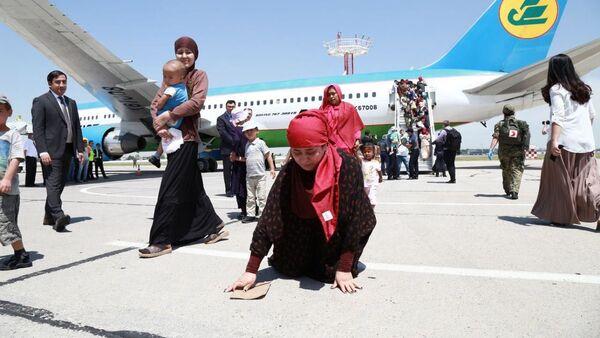 Граждане Узбекистана возвращены на родину с Ближнего Востока - Sputnik Таджикистан