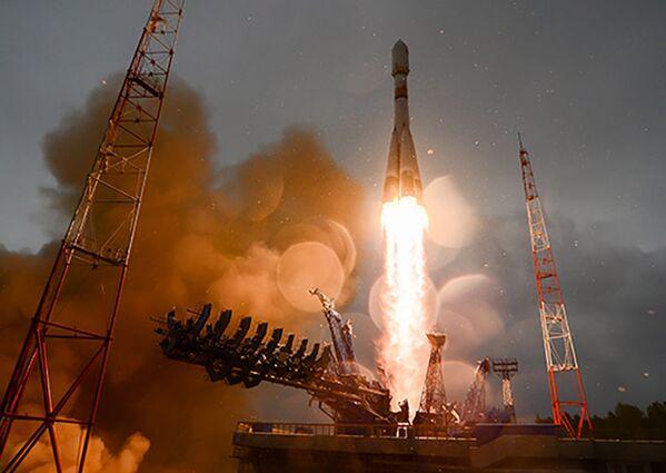 Пуск ракеты космического назначения среднего класса Союз-2.1Б с российским навигационным космическим аппаратом Глонасс-М с космодрома Плесецк - Sputnik Таджикистан