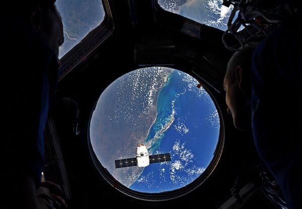 Ракета-носитель Falcon 9 с космическим грузовиком Dragon стартовала с космодрома на мысе Канаверал - Sputnik Таджикистан